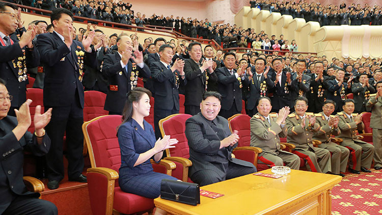Fotos únicas: la esposa de Kim Jong-un aparece en público para celebrar la última prueba nuclear