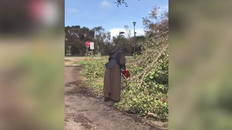 Rezando y cortando: monja con una motosierra que limpia destrozos tras Irma se hace viral (VIDEO)