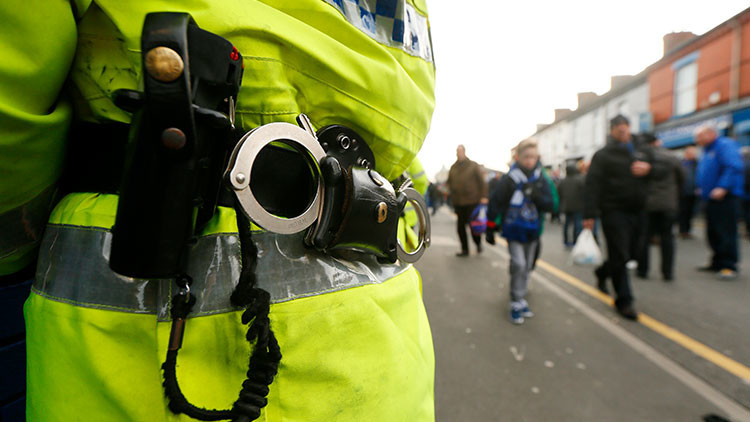 """Un policía británico amenaza a un negro: """"Serías el primero al que le dispararía"""" (VIDEO)"""
