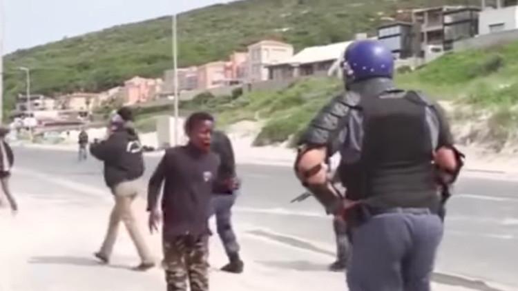 FUERTE VIDEO: Policía sudafricana dispara en la boca a un adolescente de 14 años en una protesta