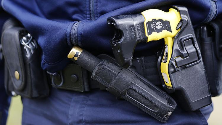Un policía detiene con electrochoques a una mujer pese a estar embarazada (VIDEO)
