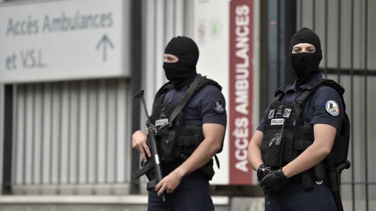 Un hombre ataca a un soldado con un cuchillo en París