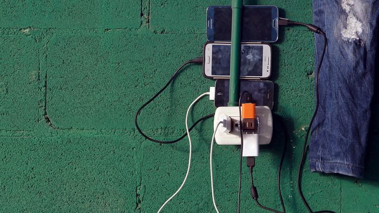 Una joven muere electrocutada mientras chateaba con su móvil cuando lo cargaba