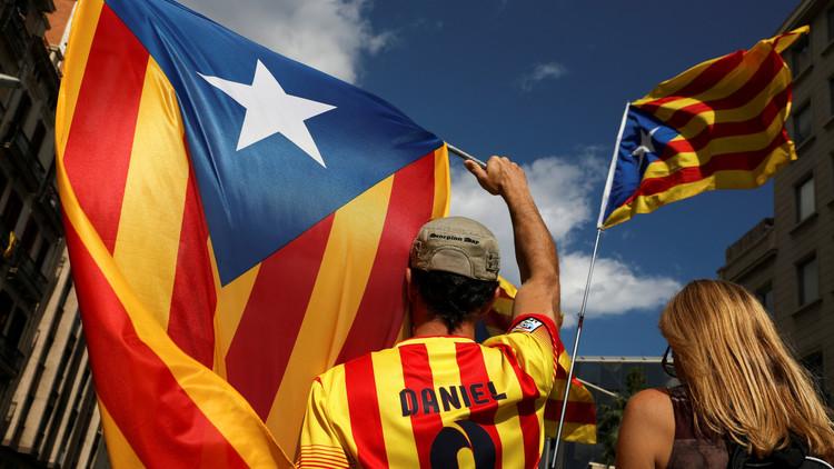 Referéndum de Cataluña: La verdad sobre la foto de la anciana que desafía a un Guardia Civil