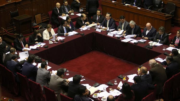 """""""Crisis total"""" del Gabinete peruano tras destitución del primer ministro por el Congreso"""