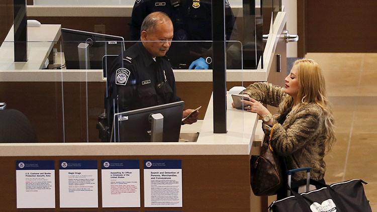 Demandan al gobierno de EE.UU. por revisar teléfonos móviles en los aeropuertos