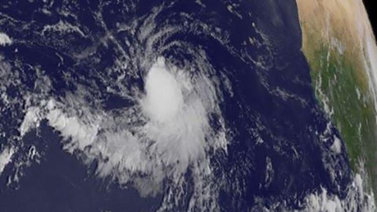 Surge otra tormenta tropical en el Atlántico y por el Pacífico avanza un huracán hacia México