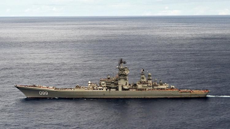 Buques rusos liderados por el crucero Piotr Veliki destruyen a un 'enemigo' en el mar de Barents