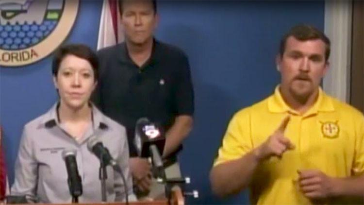 Un intérprete de sordos habla de osos y monstruos durante una rueda de prensa sobre Irma (video)