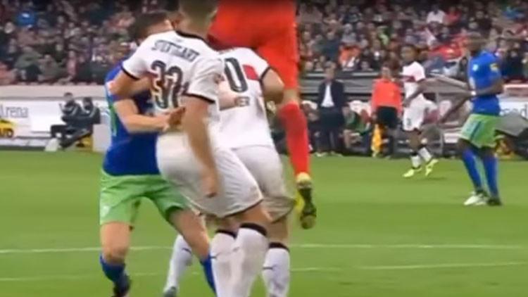 Video: Un futbolista conserva la vida gracias al médico del equipo tras un durísimo choque