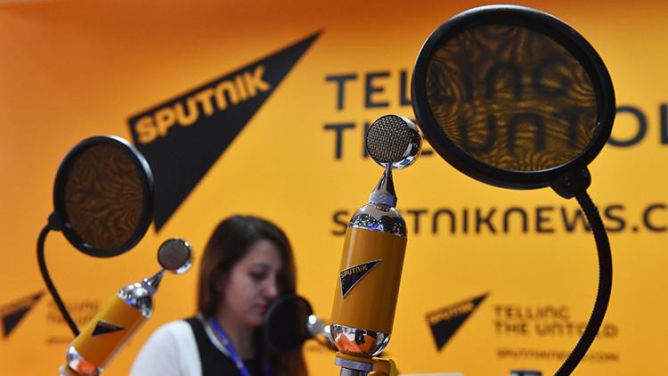 """¿Viajaron en el tiempo los periodistas rusos de Sputnik para """"socavar la democracia"""" de EE.UU.?"""