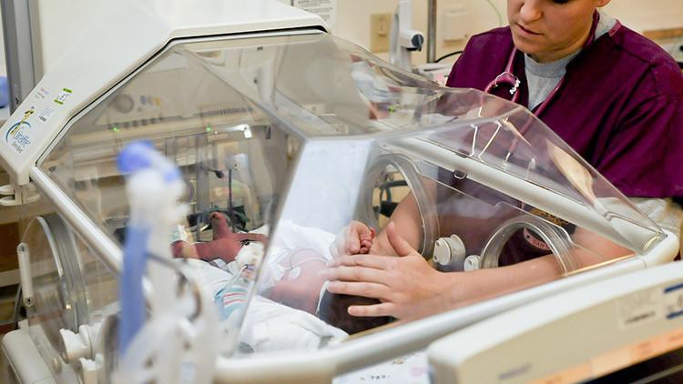 """""""Lo que siento por estos minisatanes"""": enfermera divulga escandalosas imágenes con un bebé (FOTOS)"""
