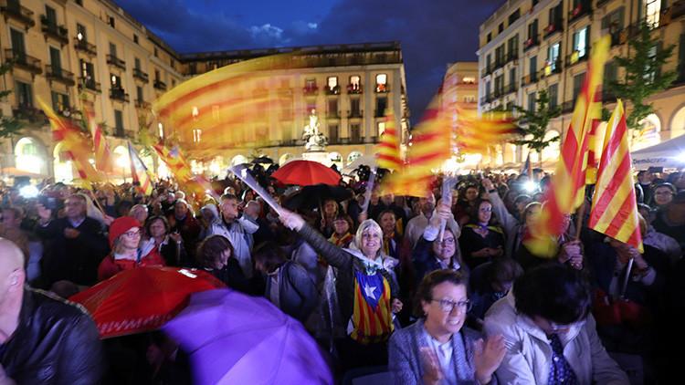 """""""Alza el puño y sonríe"""": instrucciones para un referéndum bajo presión en Cataluña"""