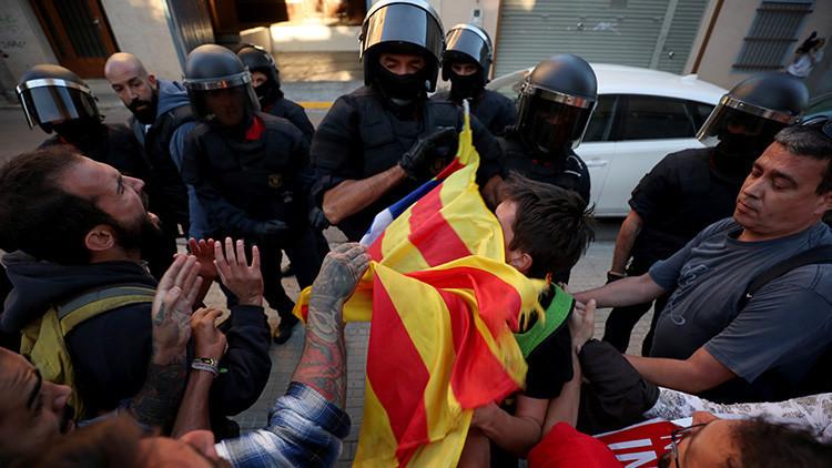 Los Mossos desalojan a los manifestantes que bloqueaban la entrada a una empresa del referéndum