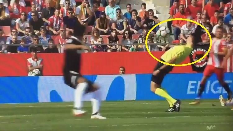 Un árbitro español evita a lo 'Matrix' que le golpee el balón