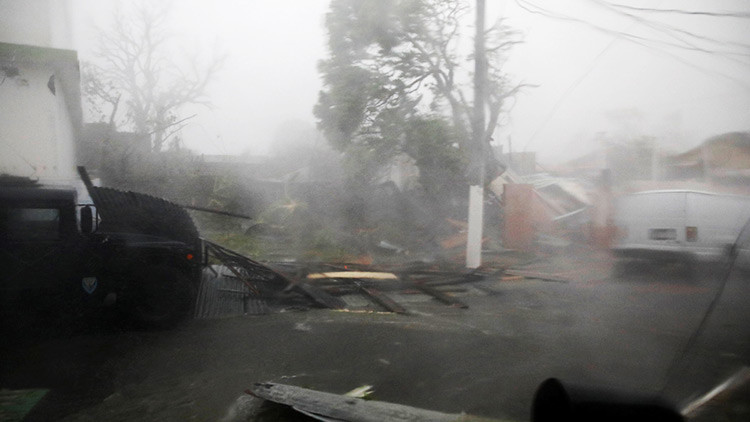 Así es María en acción: El huracán arrastra a una corresponsal de CNN en pleno directo (VIDEO)