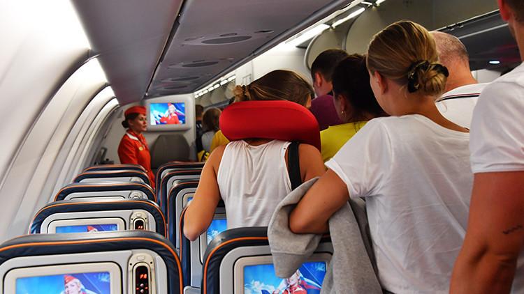 Explican por qué es peligroso dormir en el avión