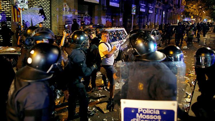 VIDEO: Independentistas catalanes arrebatan el micrófono a un periodista español