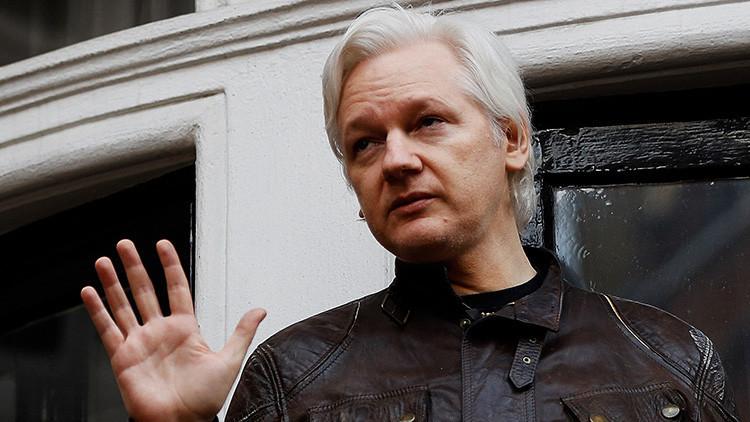 Assange se toma en serio una broma en Twitter y reacciona insultando al diario 'El Mundo'