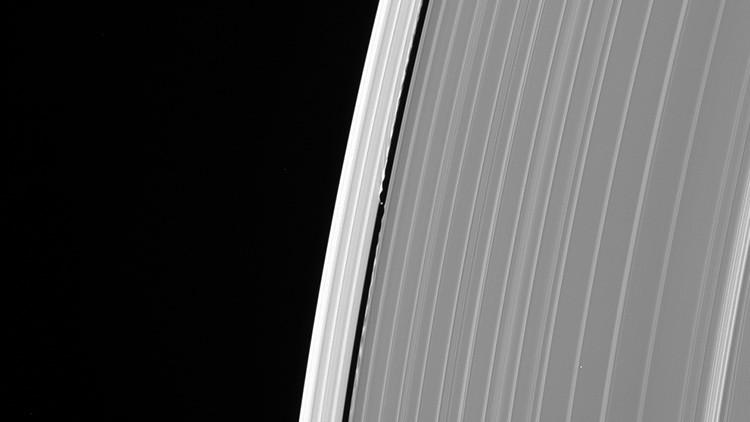 Cassini captura algo misterioso en los anillos de Saturno antes de desintegrarse