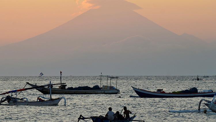 Evacúan a miles de residentes en Indonesia por actividad volcánica