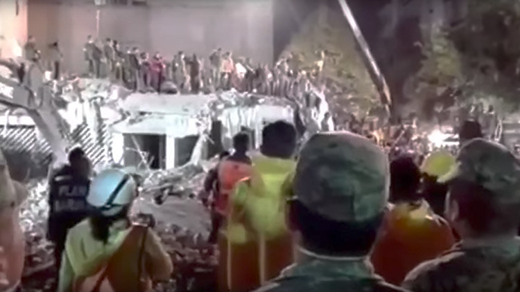 VIDEO: Entonan el himno de México tras recuperar el cadáver de una víctima del devastador terremoto