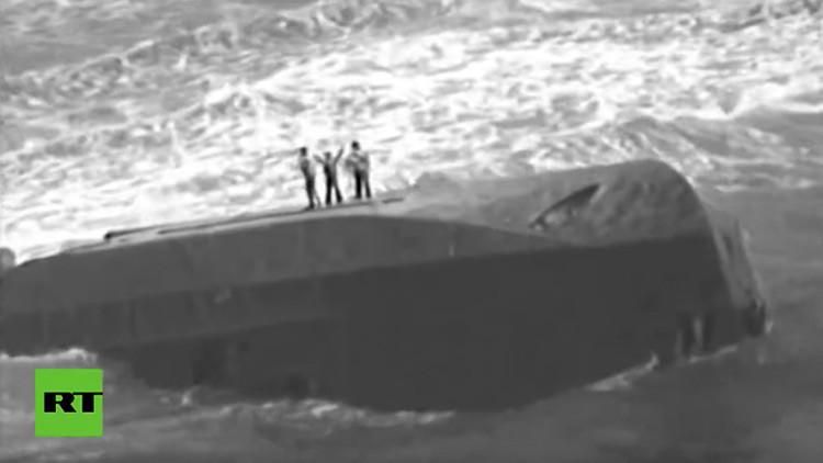 Milagroso rescate de una madre y sus dos hijos en alta mar durante el huracán María (VIDEO)