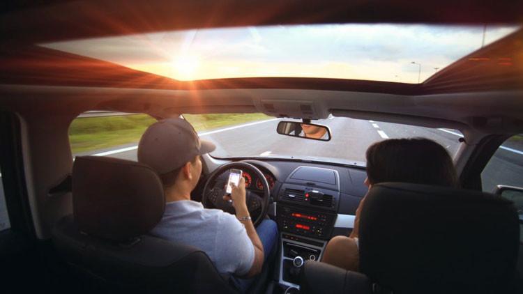 FUERTE VIDEO: Esto es lo que sucede cuando un conductor se distrae con su teléfono móvil