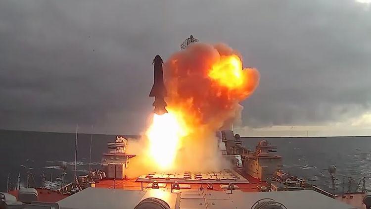 VIDEO: El crucero ruso Piotr Veliki dispara misiles 'asesinos de portaviones'