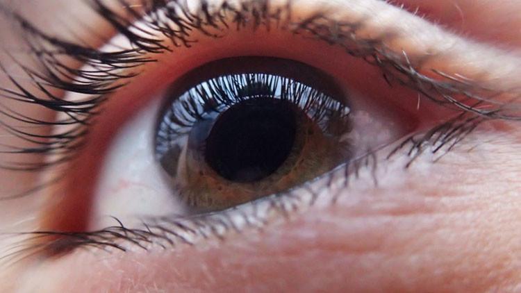 VIDEO PERTURBADOR: Le extirpan un gusano del ojo a un joven mexicano