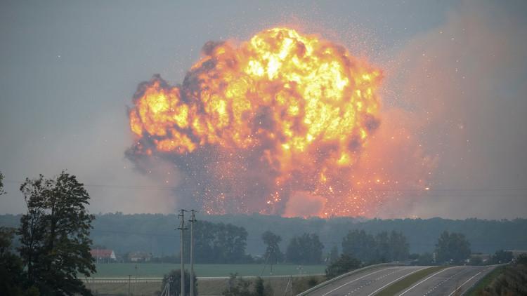 Ucrania: Evacuaciones tras un incendio y explosiones en un gran almacén militar (VIDEOS)