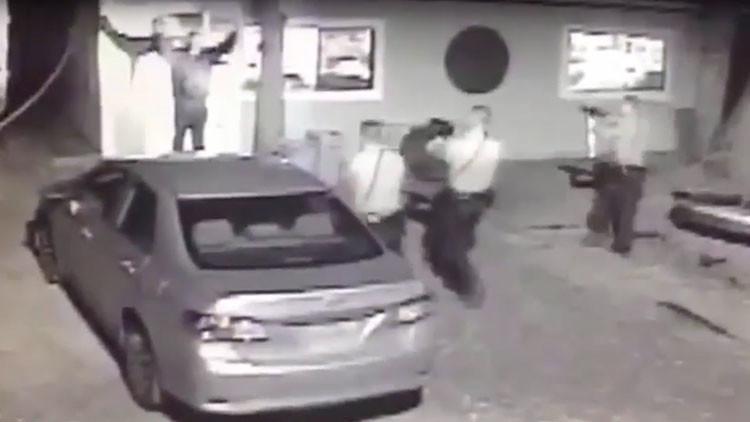 Lo salva su cámara de seguridad: lo arrestan injustamente y cobrará indemnización millonaria (VIDEO)