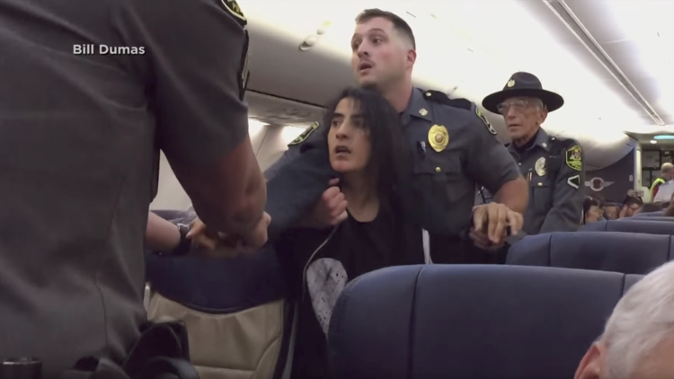 Video indignante: Por declararse alérgica a los animales fue arrastrada fuera de un avión