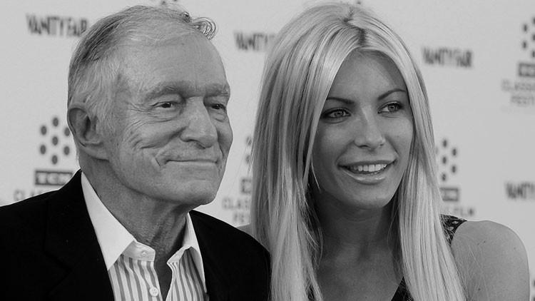 Mientras el fundador de Playboy moría, su joven esposa lo pasaba bien en las redes sociales