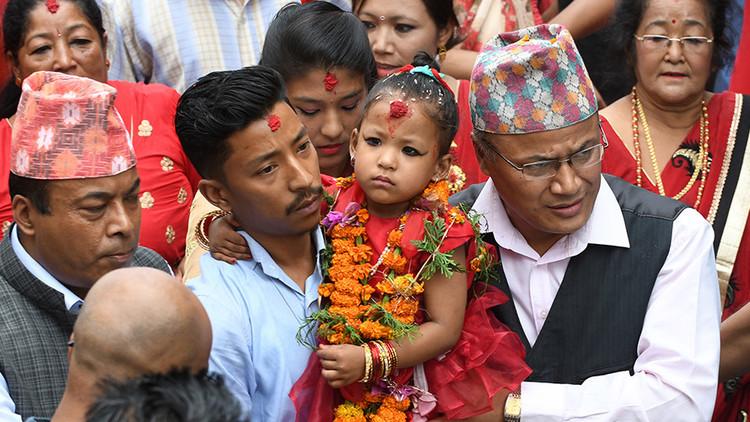 La nueva 'diosa viviente' de Nepal tiene 3 años y no podrá tocar el suelo (Fotos)