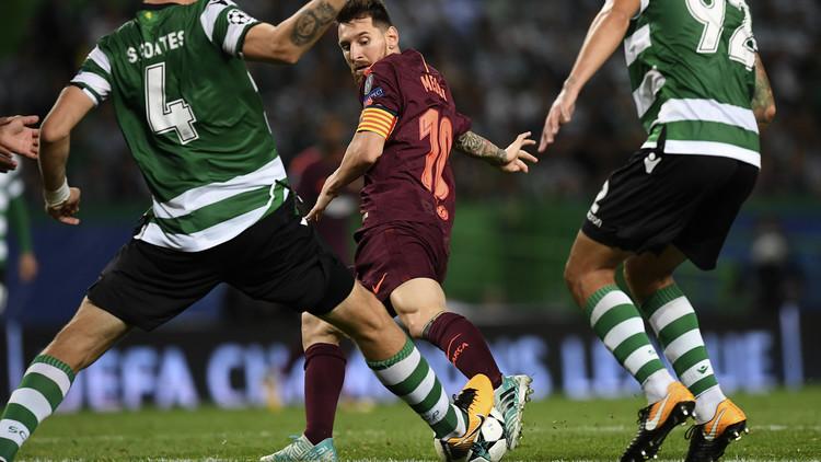 Video: Un aficionado se lanza a la cancha durante la Liga de Campeones para besar la bota de Messi