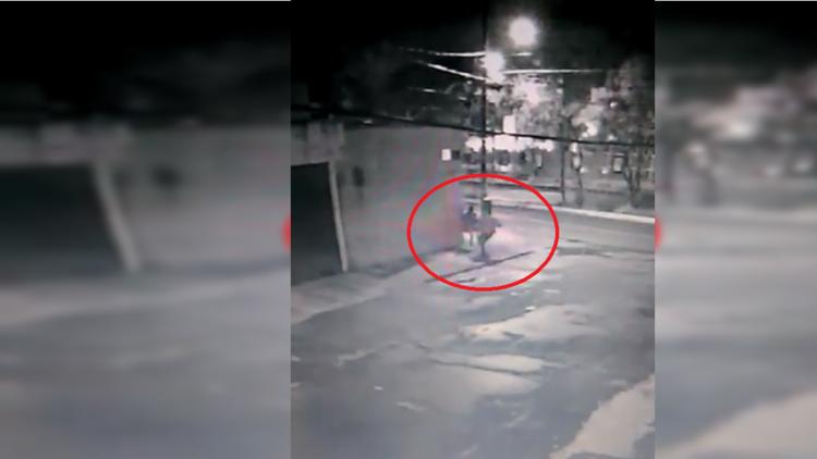 VIDEO: Una cámara de seguridad capta el intento de secuestro a una joven en México
