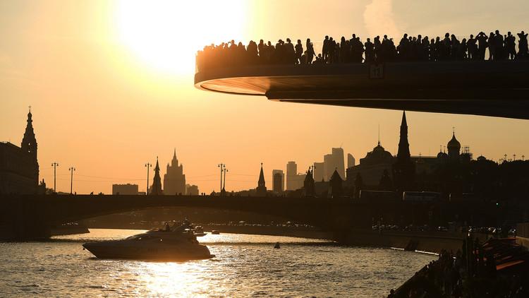 ¿Por qué no se cae el 'puente flotante' más largo del mundo del nuevo parque moscovita? (FOTOS)