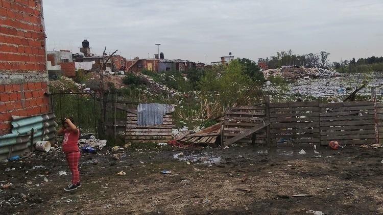"""""""Tenía cinco años y vio morir a su padre"""": La vida en el barrio argentino montado sobre la basura"""