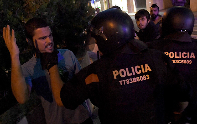 Manifestaciones y detenidos deja operativo de la Guardia Civil Española en Cataluña