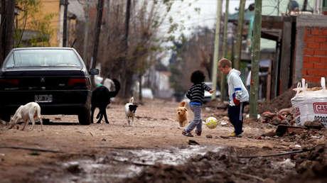 Niños juegan al fútbol en el municipio de la Matanza, provincia de Buenos Aires, Argentina.