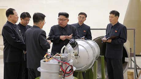 Kim Jong-un al lado de una cabeza termionuclear