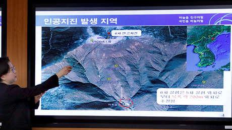 Una empleada de la División de Monitoreo de Volcanos señala las olas séismicas de la última prueba nuclear de Corea del Norte.