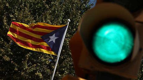 Una 'estelada' (bandera independentista de Cataluña) ondea junto a un semáforo en verde. 5 de septiembre de 2017.