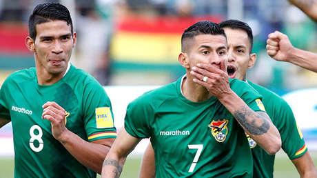 Los jugadores de la selección boliviana Diego Bejarano, Juan Carlos Arce y Jhasmani Campos tras el gol de Acre en el partido contra Chile, La Paz, Bolivia, el 5 de septiembre de 2017.