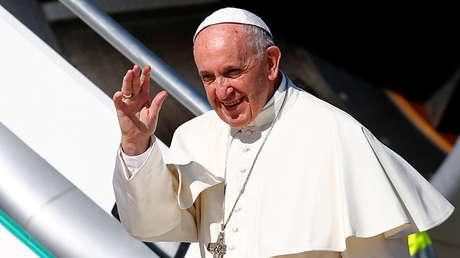 El papa Francisco antes de subir a bordo de su avión con destino a Colombia, el 6 de septiembre 2017.