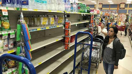 Una clienta en un supermercado en Sedano observa los estantes casi vacíos en el vecindario de La Pequeña Habana en Miami, Florida el 5 de septiembre. Los residentes se preparan ante la llegada del huracán Irma.