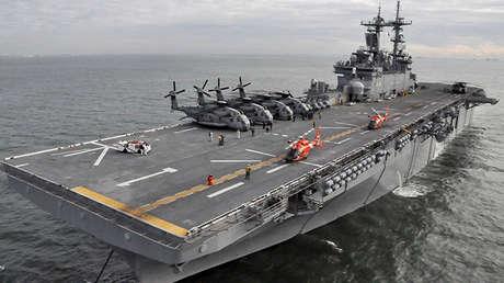 Dos helicópteros HH-65 Dolphin aterrizan a bordo del buque de asalto anfibio USS Wasp, el 2 de noviembre de 2012.