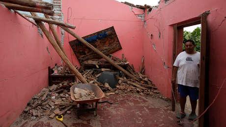 Un hombre observa su casa destruida por el terremoto en Ixtaltepec, Oaxaca, México, 7 de septiembre de 2017.