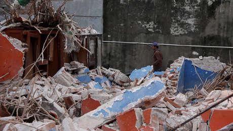 Un hombre camina en Ixtaltepec junto a una casa dañada por un terremoto que azotó la costa sur de México el 7 de septiembre del 2017.